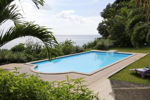 Der Swimmingpool an oder in der Nähe von Residence Tahiri Appartement vue mer
