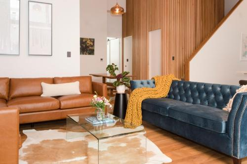 A seating area at Luxury Apartment – North Loft (4 Bedrooms)