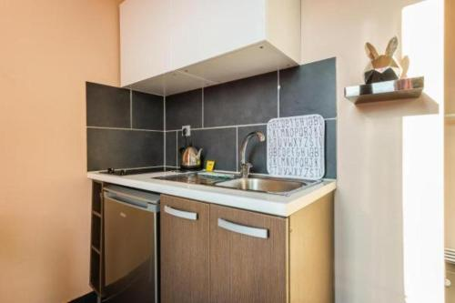 A kitchen or kitchenette at CMG Edouard Vaillant - Pantin IX