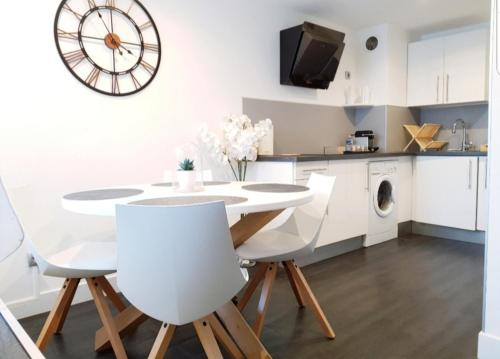 A kitchen or kitchenette at Studio Cosy centre Cannes