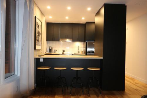 A kitchen or kitchenette at Le Studio Cohen by Locations Vieux Limoilou