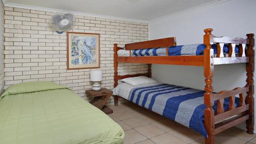 A bunk bed or bunk beds in a room at Levuka Unit 11, 14 Moreton Pde, Kings Beach