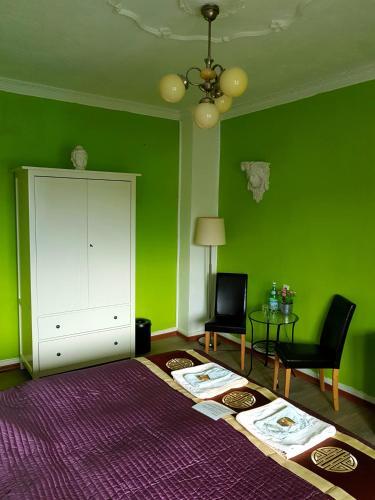 En eller flere senger på et rom på StayInCologne