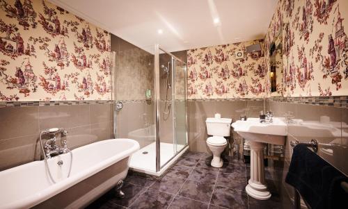 A bathroom at Alexander Residence