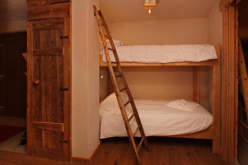 Двох'ярусне ліжко або двоярусні ліжка в номері Eydappartamenti