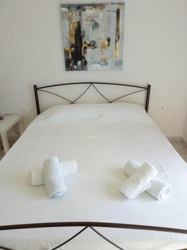 A bed or beds in a room at Cozy Apartment With Side View of Acropolis