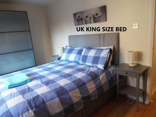 A bed or beds in a room at Edinburgh Palace Apartment