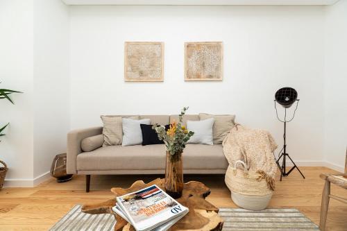 A seating area at Sleek, elegant apartment in Penha de França