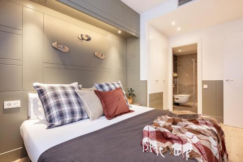 A bed or beds in a room at Enjoybcn Patio de Gracia