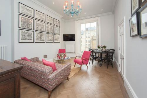A seating area at Stylish City Centre Apartment - Bath