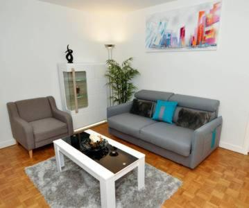 A seating area at **Appartement moderne avec parking dans le 19e