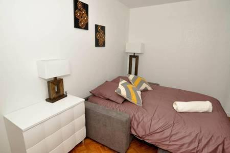 A bed or beds in a room at **Appartement moderne avec parking dans le 19e