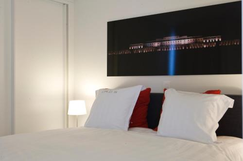A bed or beds in a room at Leopold5 Luxe-Design Apartment