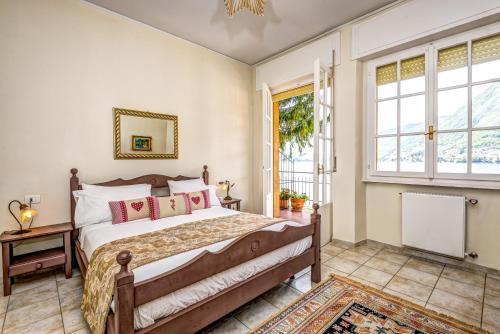 Een bed of bedden in een kamer bij Lake Como Beach Resort Waterfront Villas