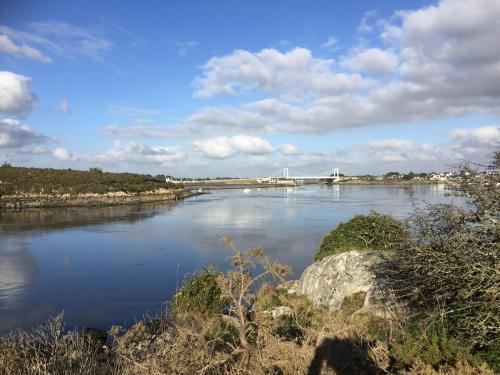 Utsikt mot en innsjø nær ferieboligen