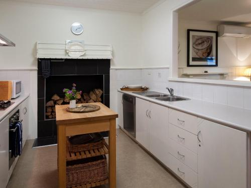 A kitchen or kitchenette at The Gums