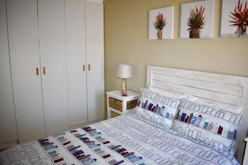 A bed or beds in a room at 10 On Ou Kraal