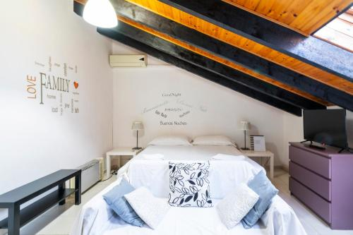 A bed or beds in a room at Duomo studio-By Flatscollection