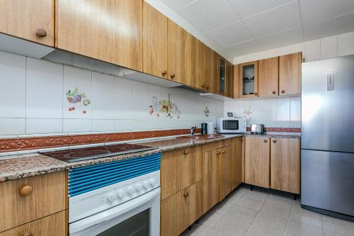 A kitchen or kitchenette at Spacious 4 bed/2 bath flat minutes from the beach