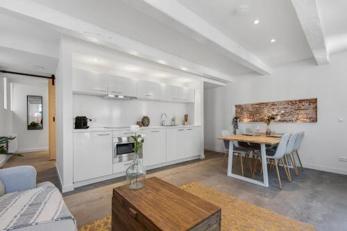 Een keuken of kitchenette bij BED'R Warehouse Apartment Groundfloor