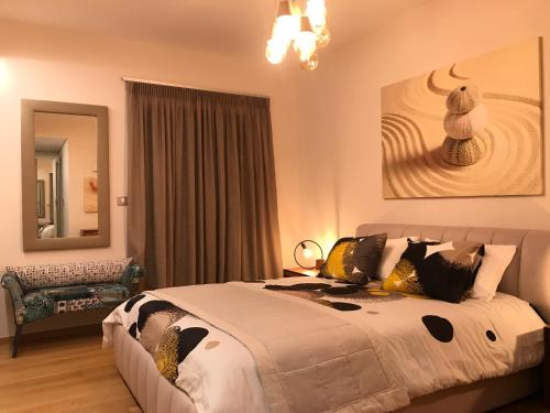 A bed or beds in a room at Luxury & Stylish Family Apartment