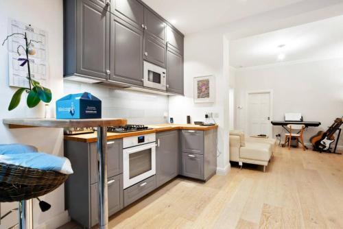 Een keuken of kitchenette bij Charming 2 Bedroom Flat with Garden in Finsbury Park