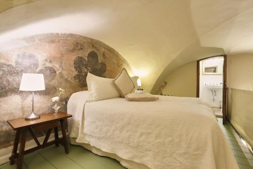 A bed or beds in a room at Palazzo Belfiore