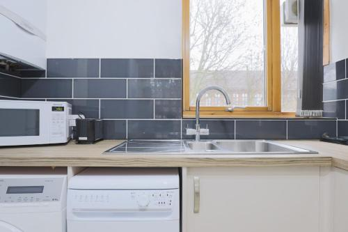 A kitchen or kitchenette at Bright and Spacious Modern 2-Bed - Kings Cross
