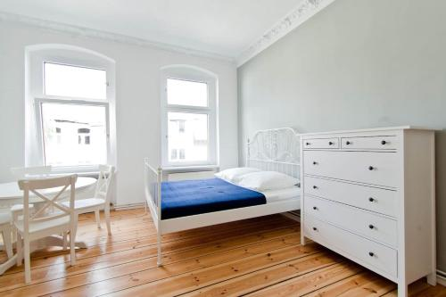 A bed or beds in a room at Magnificent turn of century flat (legal)