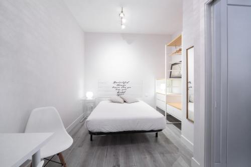 Een bed of bedden in een kamer bij Apartamento cerca de la estación de Atocha