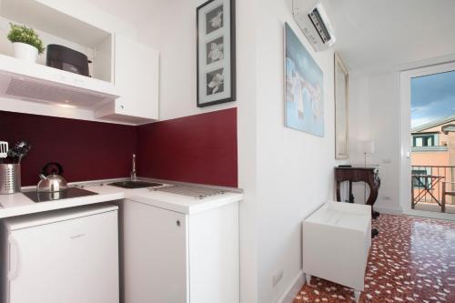 A kitchen or kitchenette at Sorrento Apartments