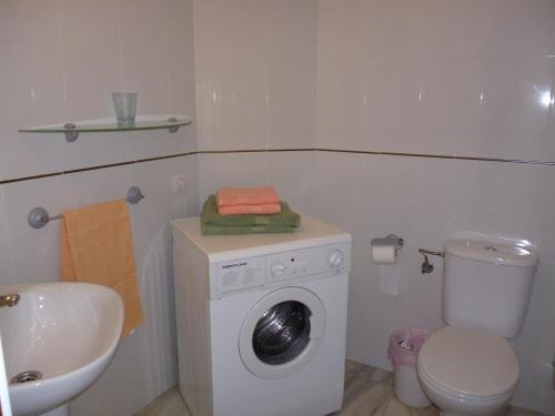 Een badkamer bij El Beril and Altamira apartments