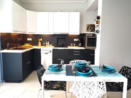 A kitchen or kitchenette at Elegant & Cozy Apartment in Artemida