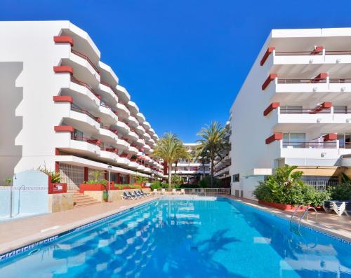 The swimming pool at or near Apartamentos Lido