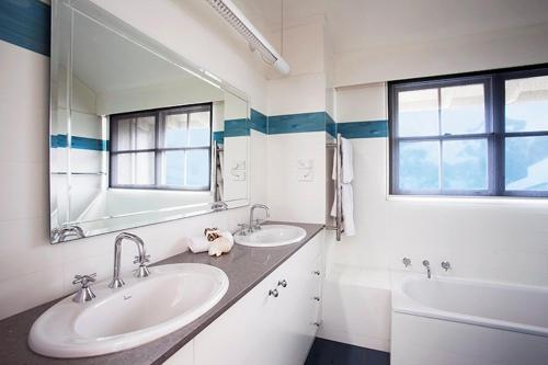 A bathroom at A Large Three Bedroom 2 Storey Luxury Holiday Home in Crows Nest - CN099