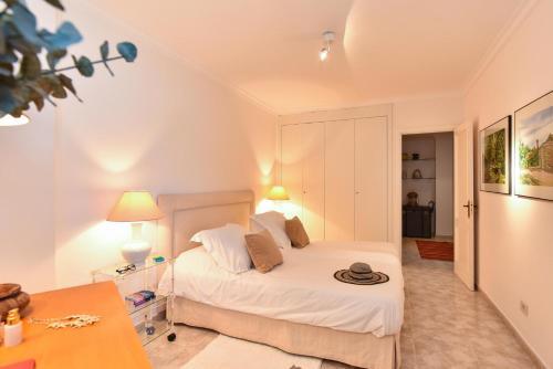 Las Canteras Seafront Apartment tesisinde bir odada yatak veya yataklar