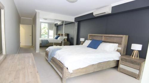 A bed or beds in a room at Regatta 3 - On The Lake- Little Street