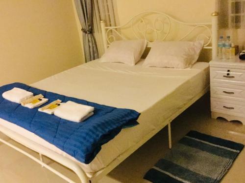 A bed or beds in a room at Borey Villa Ada