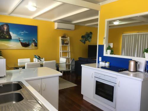 Golden Sands Beach Houseにあるキッチンまたは簡易キッチン