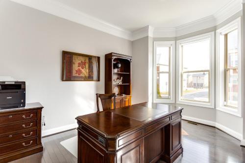 A kitchen or kitchenette at Loudoun Escape - 4 Bedroom Executive Estate Near One Loudoun