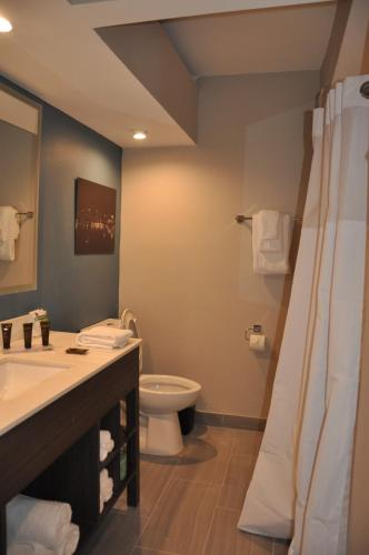 A bathroom at Wingate by Wyndham Kissimmee at Celebration