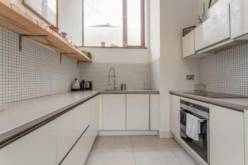 A kitchen or kitchenette at Vibrant 2 Bedroom Home