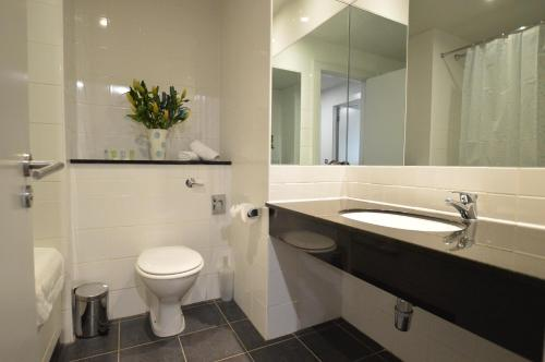 A bathroom at Benbulben Court
