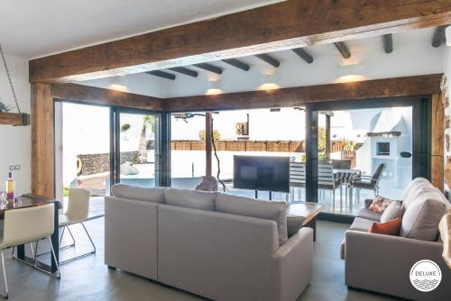 Een zitgedeelte bij Kamezí Boutique Hotel Villas