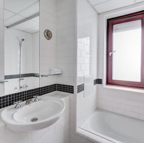 Um banheiro em Regents Court Sydney