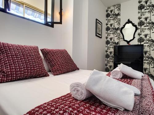A bed or beds in a room at Nestor&Jeeves - TOUCAN DUPLEX TERRACE - Hyper center - Top floor