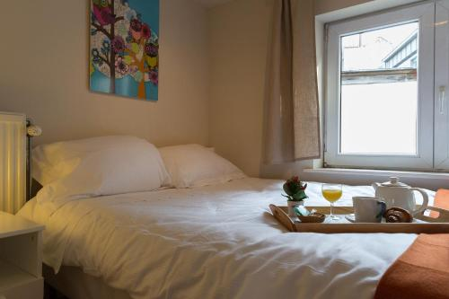 A bed or beds in a room at Patriotes Halldis Apartments