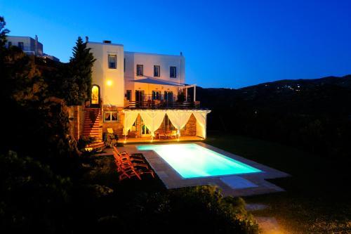 בריכת השחייה שנמצאת ב-Heliades Villas או באזור