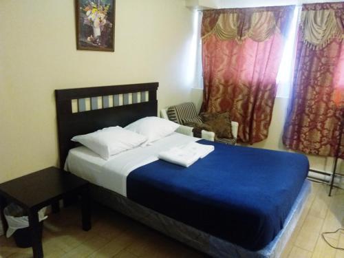 En eller flere senge i et værelse på Alisa Guest Suites