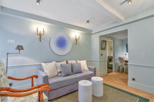 A seating area at Pick A Flat's apartments in Saint Germain - Paul-Louis Courier
